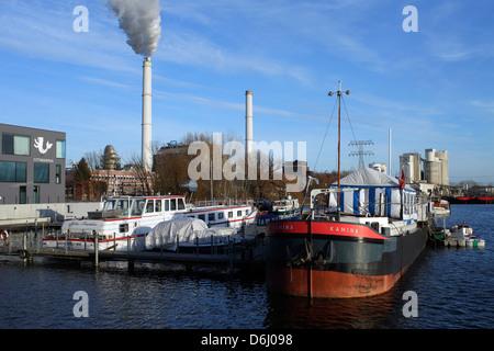 Berlin, Deutschland, sind die Schiffe im Hafen an der Rummelsburger Bucht - Stockfoto