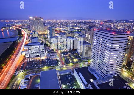 Skyline von Fukuoka, Japan in der Nacht. - Stockfoto