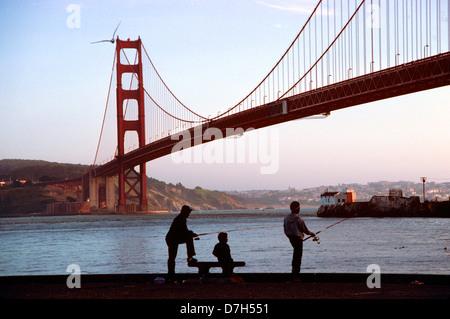 3 junge Teenager-jungen Fischen auf dem Fort Baker Pier in Marin county - Stockfoto