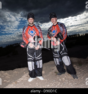Männer spielen Paintball, Schweden. - Stockfoto