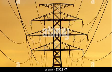 Wasserkraft-Linien und Turm Silhouette gegen den steigenden oder untergehende Sonne - Stockfoto