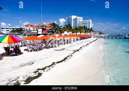 Regenschirm schattierte Tabellen an einem Strand, Playa Tortugas, Cancún, Quintana, Roo, Yucatan, Mexiko - Stockfoto