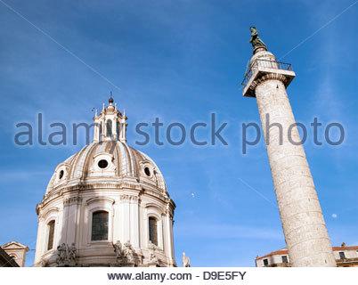 Trajans Säule mit der Kuppel von Santa Maria Di Loreto, Rom, Italien. - Stockfoto