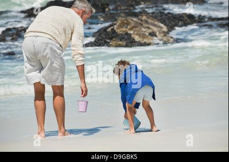 Junge mit seinem Großvater am Strand spielen - Stockfoto