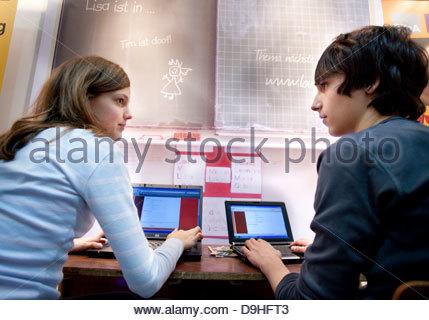 Jugendliche lernen auf Laptops in einer Schule - Stockfoto