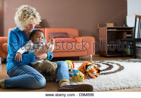 Frau spielt mit ihrem adoptierten Baby boy - Stockfoto