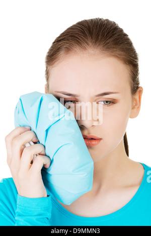 Frau gequetscht Wange mit schmerzlichem Gesicht drücken, als ob sie eine schreckliche Zahnschmerzen hat. - Stockfoto