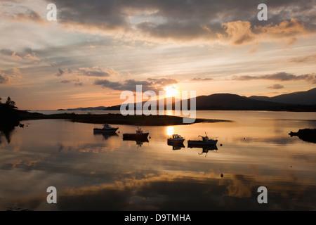 Boote im ruhigen Wasser bei Sonnenuntergang am Rosdohan Pier in der Nähe von Sneem festmachen; County Kerry Irland - Stockfoto