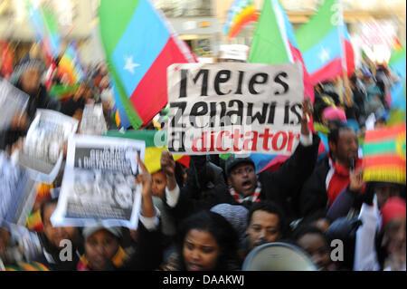 """Eine äthiopische Demonstrant hält ein Banner sagt """"Meles Zenawi ein Diktator außerhalb der 47. Münchner Sicherheitskonferenz - Stockfoto"""