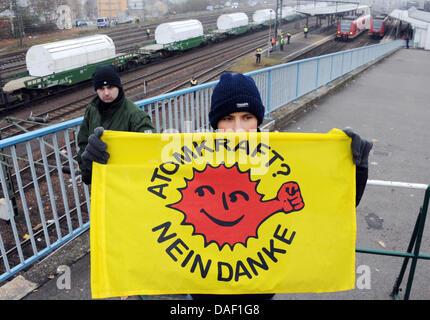 Ein Demonstrant hält ein Anti-Atom-Banner nach der Zug mit 11 CASTOR-Behälter Neunkirchen, Deutschland, 25. November - Stockfoto