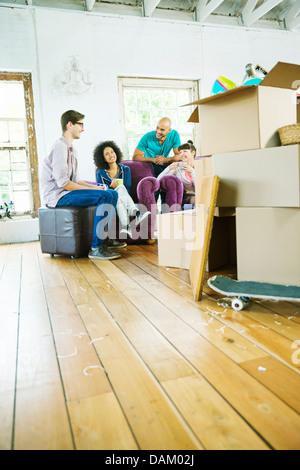 Entspannende Freunde im neuen Zuhause - Stockfoto