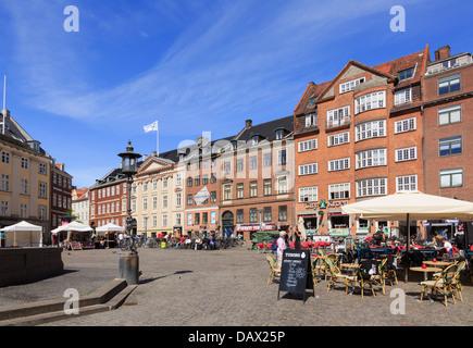 Outdoor-Straße Cafés und neoklassizistischen Gebäude aus dem 18. Jahrhundert in Gammeltorv (Old Square) älteste - Stockfoto