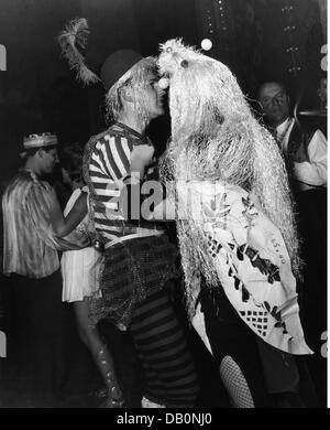 """Feste, Karneval, Fest der """"amische Ritter' Corporation, kostümierte Paar tanzen, Löwenbräukeller, München, 1957, - Stockfoto"""