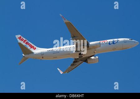 EG-LUT Air Europa Boeing 737 - 85P startet vom Flughafen Kopenhagen Kastrup, Kopenhagen, Dänemark, ein Sommernachmittag. - Stockfoto