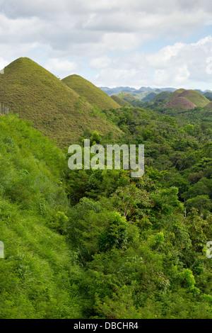 Blick über den berühmten Chocolate Hills auf Bohol Island, Philippinen - Stockfoto