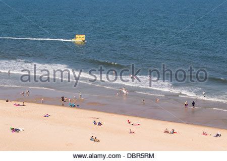 Eine Werbung Boot bewegt sich entlang des Strandes - Stockfoto