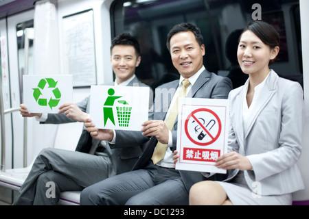 Geschäftsleute, die mit verschiedenen Arten von singt in u-Bahn - Stockfoto
