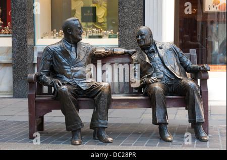 Roosevelt und Winston Churchill Bronze Statuen, sitzen auf einer Bank in Mayfair, London - Stockfoto