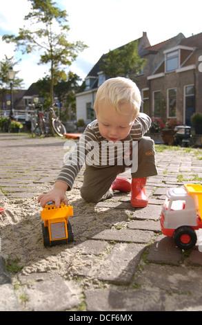 Kleiner Junge spielt auf der Straße - Stockfoto