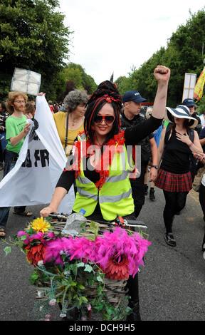 Balcombe, West Sussex, UK. 18. August 2013. Tausende von Demonstranten kamen in Balcombe in West Sussex heute marschieren - Stockfoto