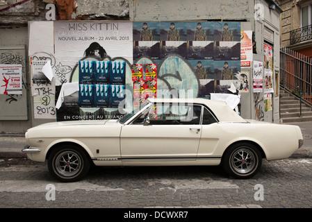 Oldtimer Ford Mustang geparkt auf den Straßen von Montmartre in Paris, Frankreich. - Stockfoto