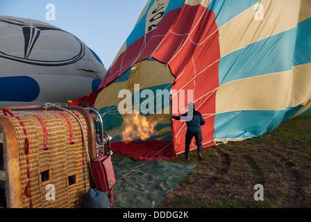 Eine unbekannte Frau bereitet einen Ballon-Starts am 14. April 2009 in Kappadokien, Türkei. - Stockfoto