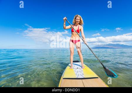 Attraktive Frau auf Stand Up Paddle Board, SUP, Tropical Blue Ocean, Hawaii - Stockfoto