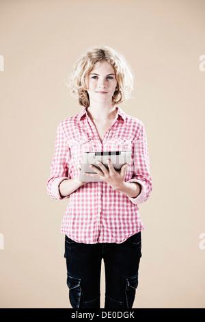 Mädchen einen Tablet-PC in ihren Händen halten - Stockfoto