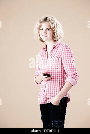 Mädchen mit einem Smartphone in der hand - Stockfoto