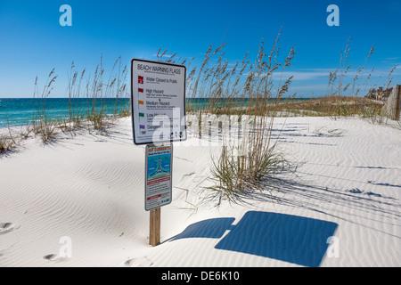 Schilder am Strand informiert über Wetter Warnflaggen und Rip Strom Gefahren bei Gulf Breeze, Florida - Stockfoto
