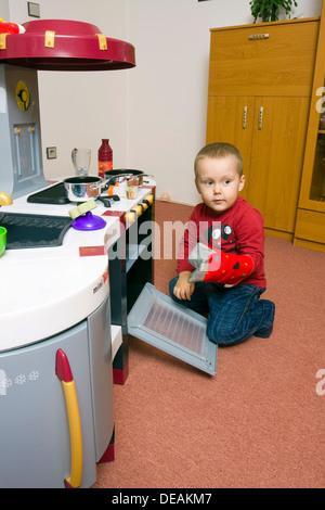 Junge, 2 Jahre, spielen mit Spielzeug Küche - Stockfoto