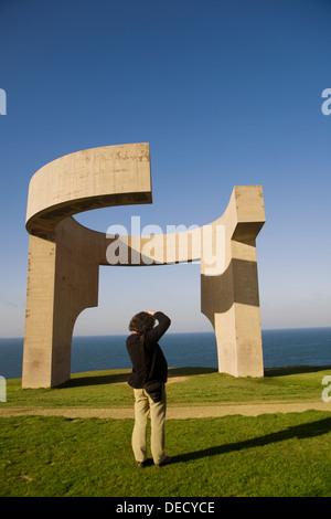´Elogio del Horizonte´ Skulptur von Eduardo Chillida (1990) auf La Atalaya, Cerro de Santa Catalina, Gijon. Asturien, - Stockfoto