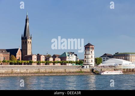 Altstadt mit Lambertuskirche und seinen Turm entlang der Rheinpromenade, Düsseldorf, Nord Rhein Westfalen, Deutschland - Stockfoto