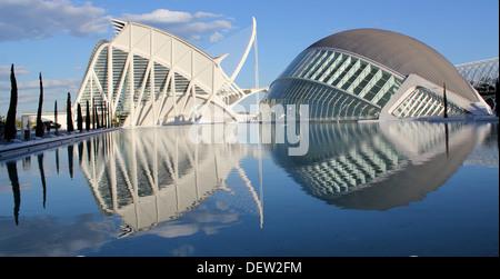 Panorama von L'Hemisfèric und Science Museum in der Stadt der Künste und Wissenschaften, Valencia, Spanien spiegelt - Stockfoto