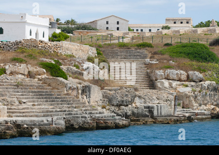Alte Festung am Ende der steilen Küste von La Mola in den Naturhafen von Mao, Mahon, Menorca, Menorca, Spanien, - Stockfoto