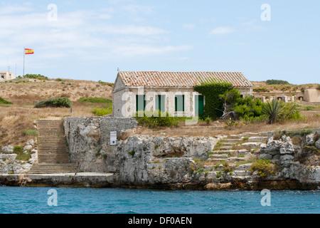 Steinhaus am Ende der steilen Küste von La Mola in den Naturhafen von Mao, Mahon, Menorca, Menorca, Spanien, Europa - Stockfoto