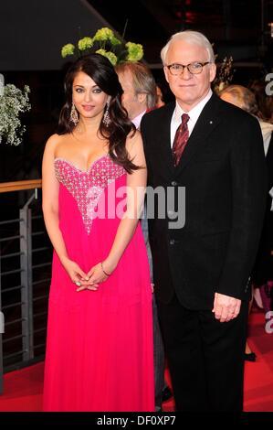 """Aishwarya Rai Bachchan und Steve Martin während der Berlinale-Premiere von """"Pink Panther 2"""" am 13. Februar 2009. - Stockfoto"""