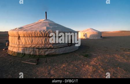 nomadische Gers bei Sonnenaufgang in der Wüste Gobi in der Mongolei - Stockfoto