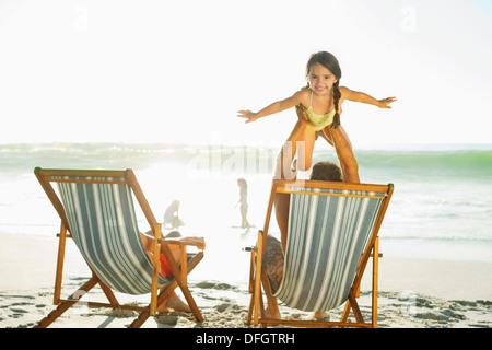 Vater Hebe Tochter am Strand - Stockfoto