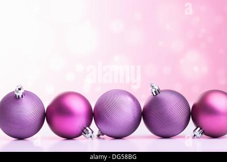 lila Weihnachtskugeln in unscharfen Hintergrund - Stockfoto