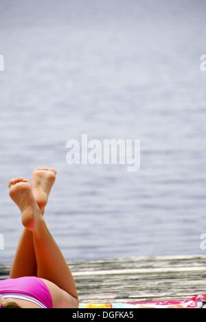 18 Jahre altes Mädchen Handauflegen dock - Stockfoto