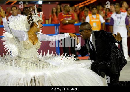 Paar, tanzen, Fahnenträger Porta Bandeira und Mestre Sala, Kuss auf die Hand, Parade der Samba Schule Inocentes - Stockfoto