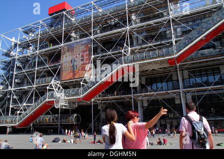 Paris Frankreich Europa Französisch 4. Arrondissement Centre Georges Pompidou Center vorne außen Eingang Mann Frau - Stockfoto