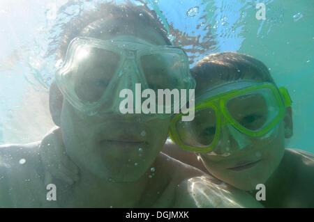 Vater und Sohn tragen Tauch Brille unter Wasser, Vassiliki, Lefkas oder Lefkada, Griechenland, Europa - Stockfoto