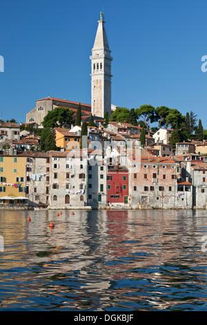 Reflexionen von Old Town Waterfront in Rovinj. - Stockfoto