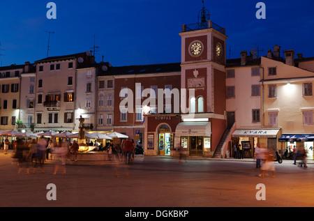 Tita-Platz in der Nacht in Rovinj. - Stockfoto