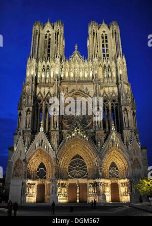 Nachtansicht, Westfassade, Kathedrale Notre-Dame, UNESCO-Weltkulturerbe, Reims, Champagne, Frankreich, Europa, PublicGround - Stockfoto