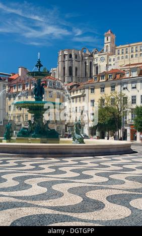 Portugal, Lissabon, barocke Brunnen in Rossio-platz und die Do Carmo Kloster Ruine hinter - Stockfoto