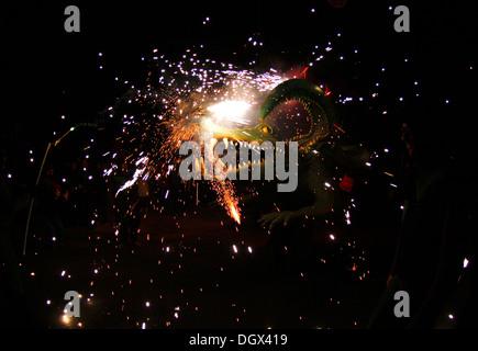 Man tanzt umgeben von Feuer und Pyrotechnik bei einem traditionellen Brand laufen auf der Insel Mallorca, Spanien - Stockfoto