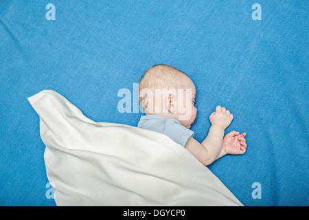 Schlafendes Baby auf blaue Decke - Stockfoto